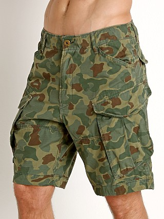 Model in sage/battle green ao G-Star Rovic Relaxed Vintage Ripstop Shorts Camo